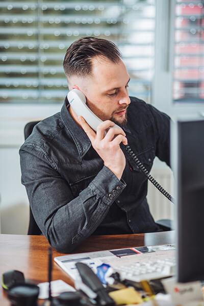 Herr Ohler beim Telefonieren mit einem Kunden