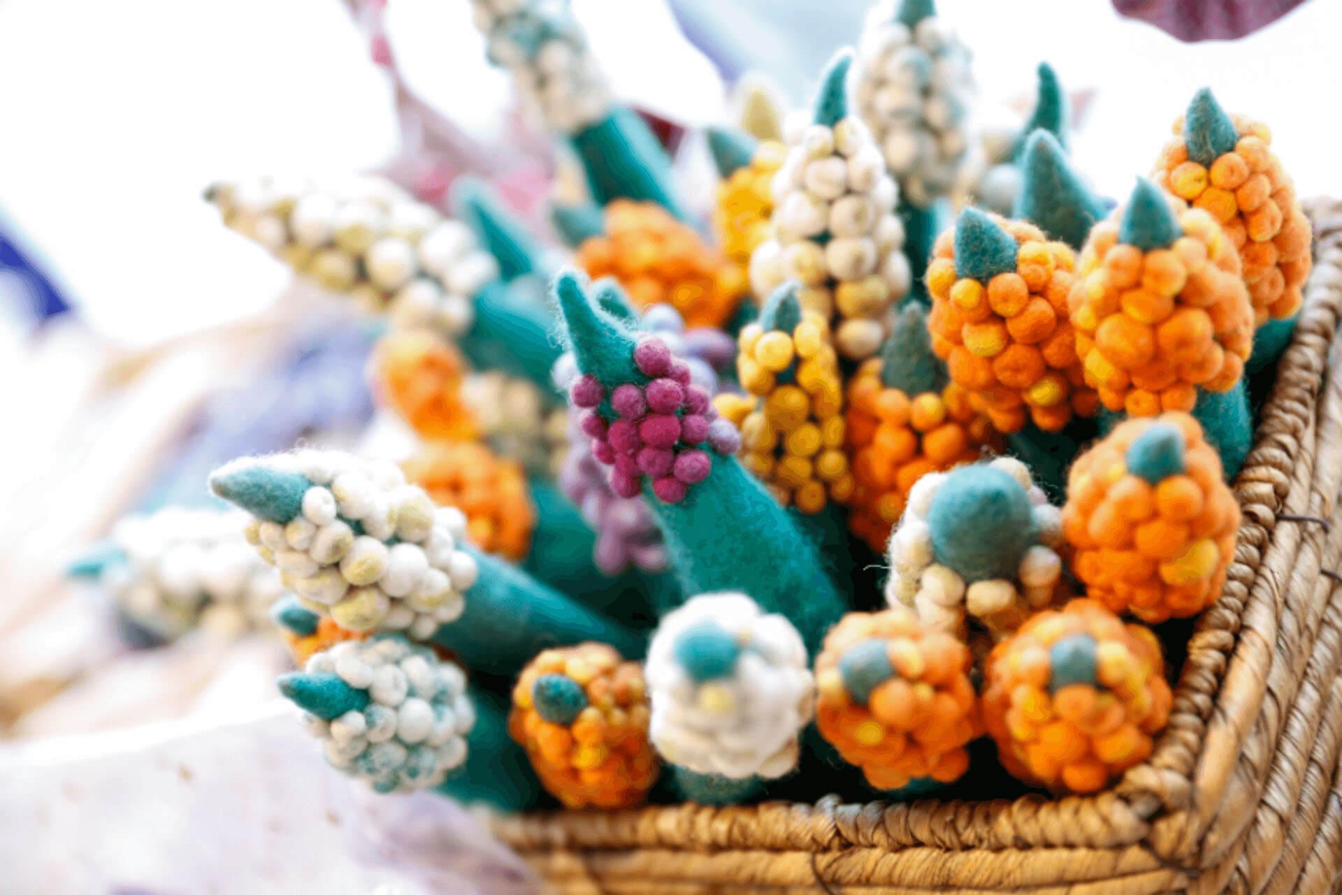 Gefilzte Blumen in einem Korb