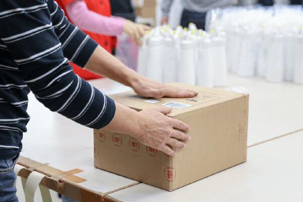 Mitarbeiter beim Verkleben eines Paketes